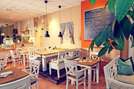 Blick in das Nähcafe Lotte – Tischgruppen in weiß/braun im Landhausstil.