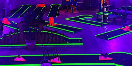 Minigolfbahnen mit grünem Licht eingerahmt