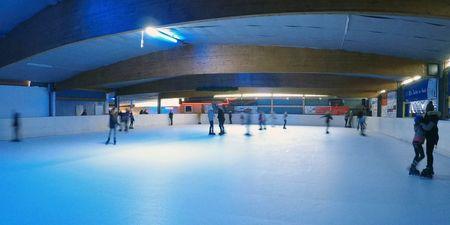 Besucher beim Eislaufen auf der Elchbahn