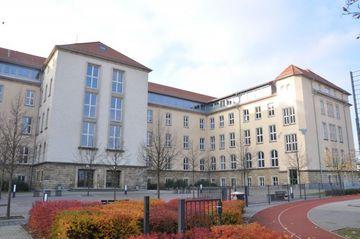 Sorbische Oberschule- helles Gebäude mit Ziegeln als untere Gebäudemauer