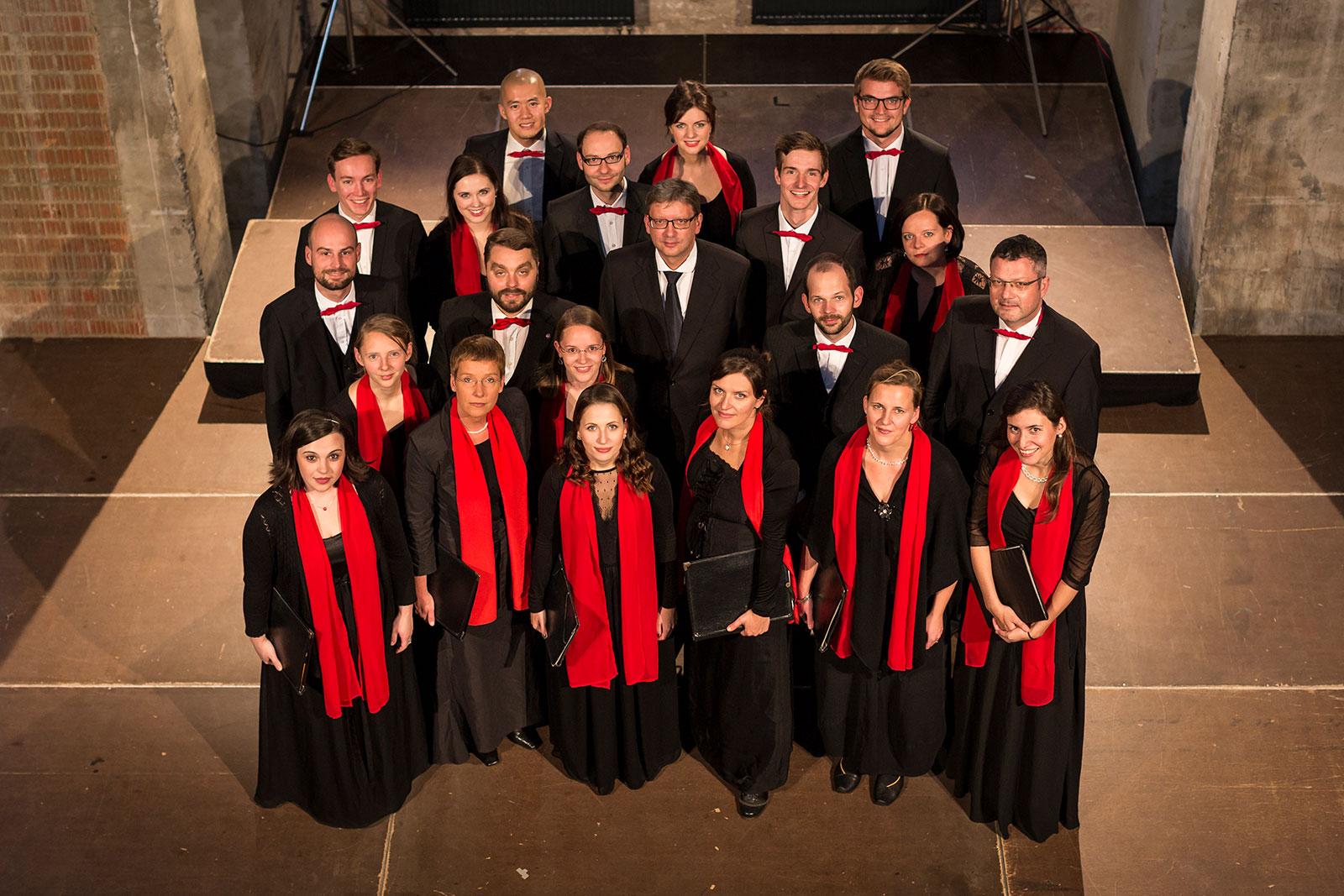 Frauen und Männer des Dresdner Kammerchor im Konzertoutfit