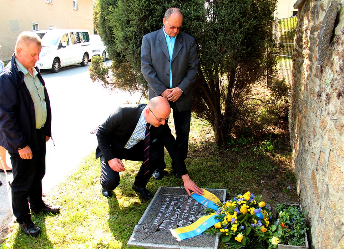 Bürgermeister Dr. Robert Böhmer und die Ortschaftsräte Norbert Haupt und Gunter Mittag gedenken der Opfer von Niederkaina.