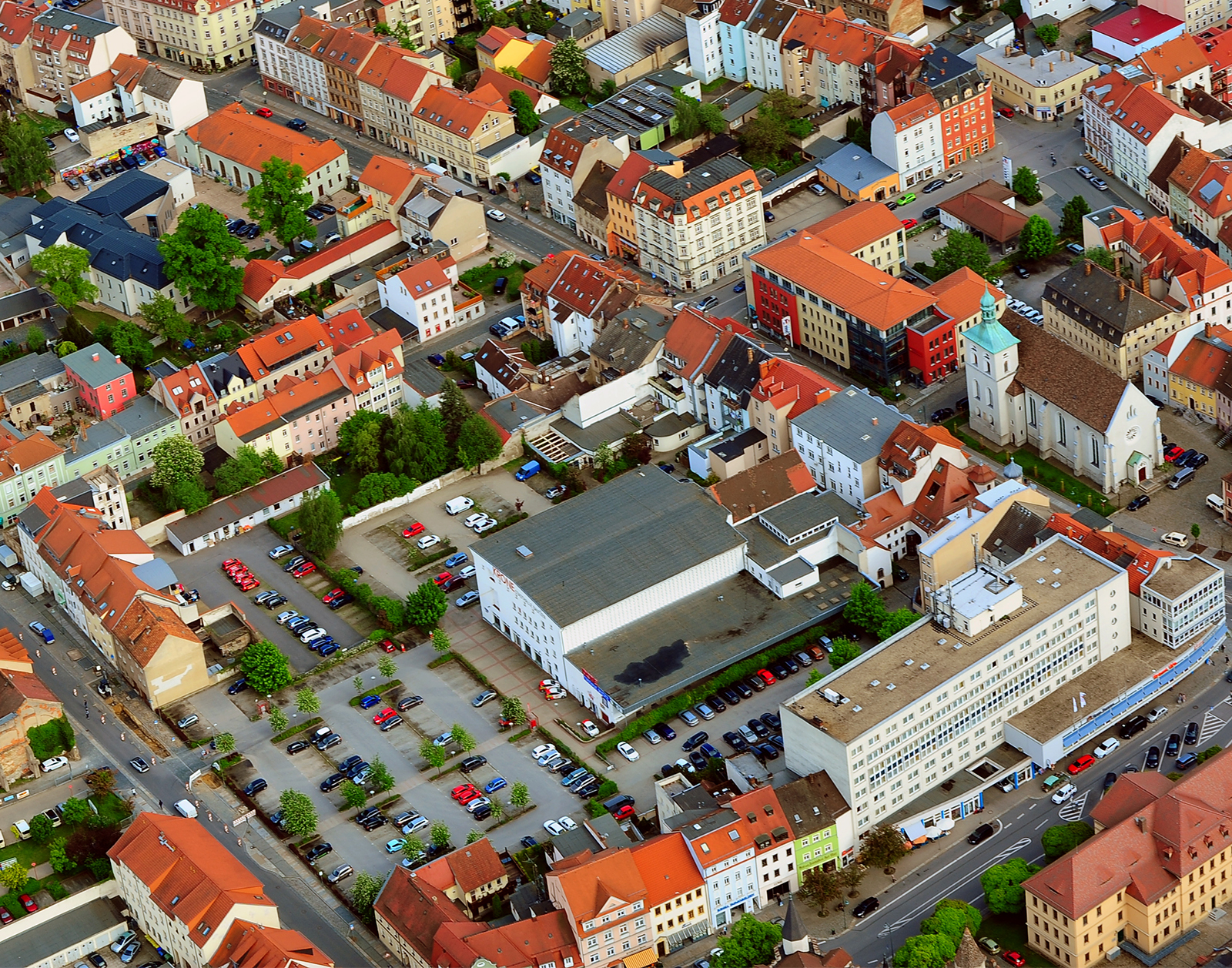 """Luftbildaufnahme demit Stadthalle """"Krone"""" und Parkplatz"""
