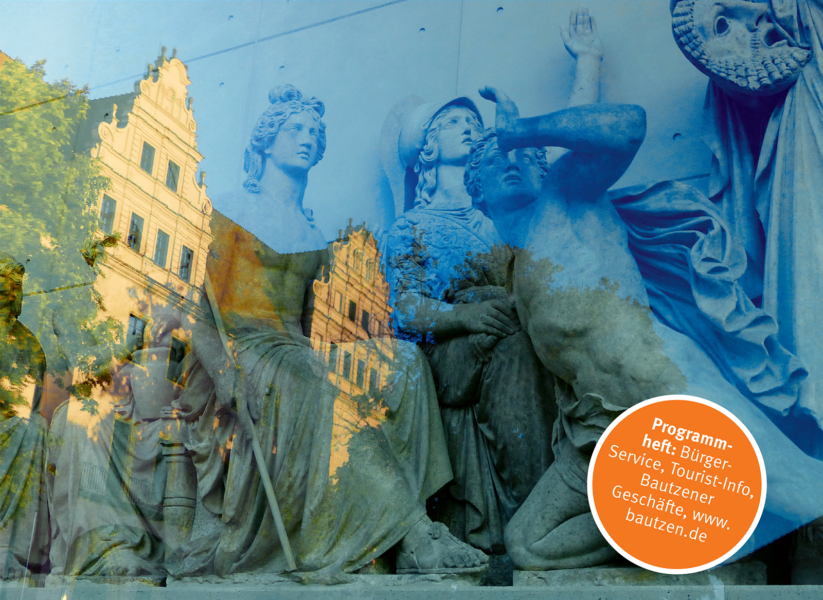 Rietschgibelfiguren im Vordergrund, im Hintergrund spiegelt sich der Gibel der Ortenburg