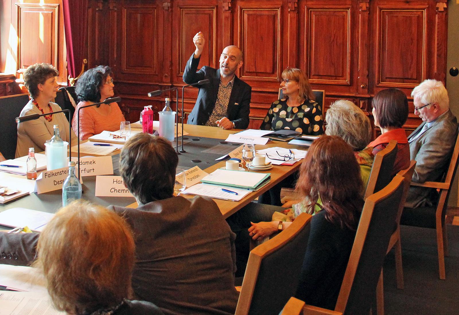 Oberbürgermeister begrüßt die Teilnehmerinnen im Ratssaal