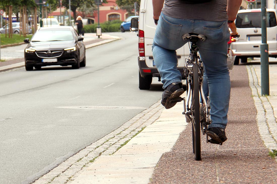 Radfahrer auf der Steinstraße radelt in Richtung Reichenturm
