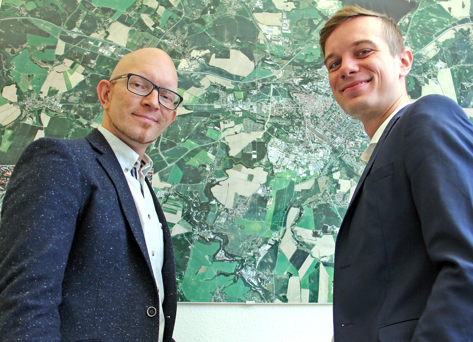Andreas Schwerin (r) mit Wirtschaftsförderer Alexander Scharfenberg stehen vor dem Stadtplan von Bautzen