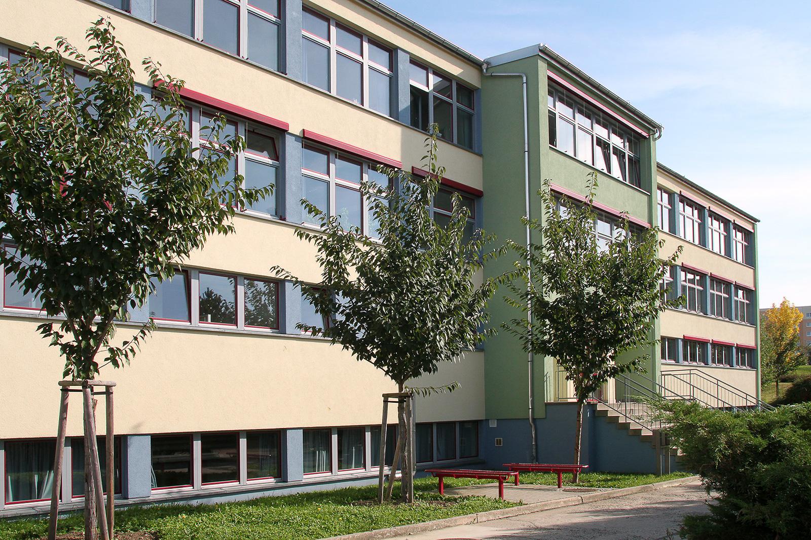 Gesundbrunnen Oberschule- Schrägansicht auf hell orangenes Gebäude