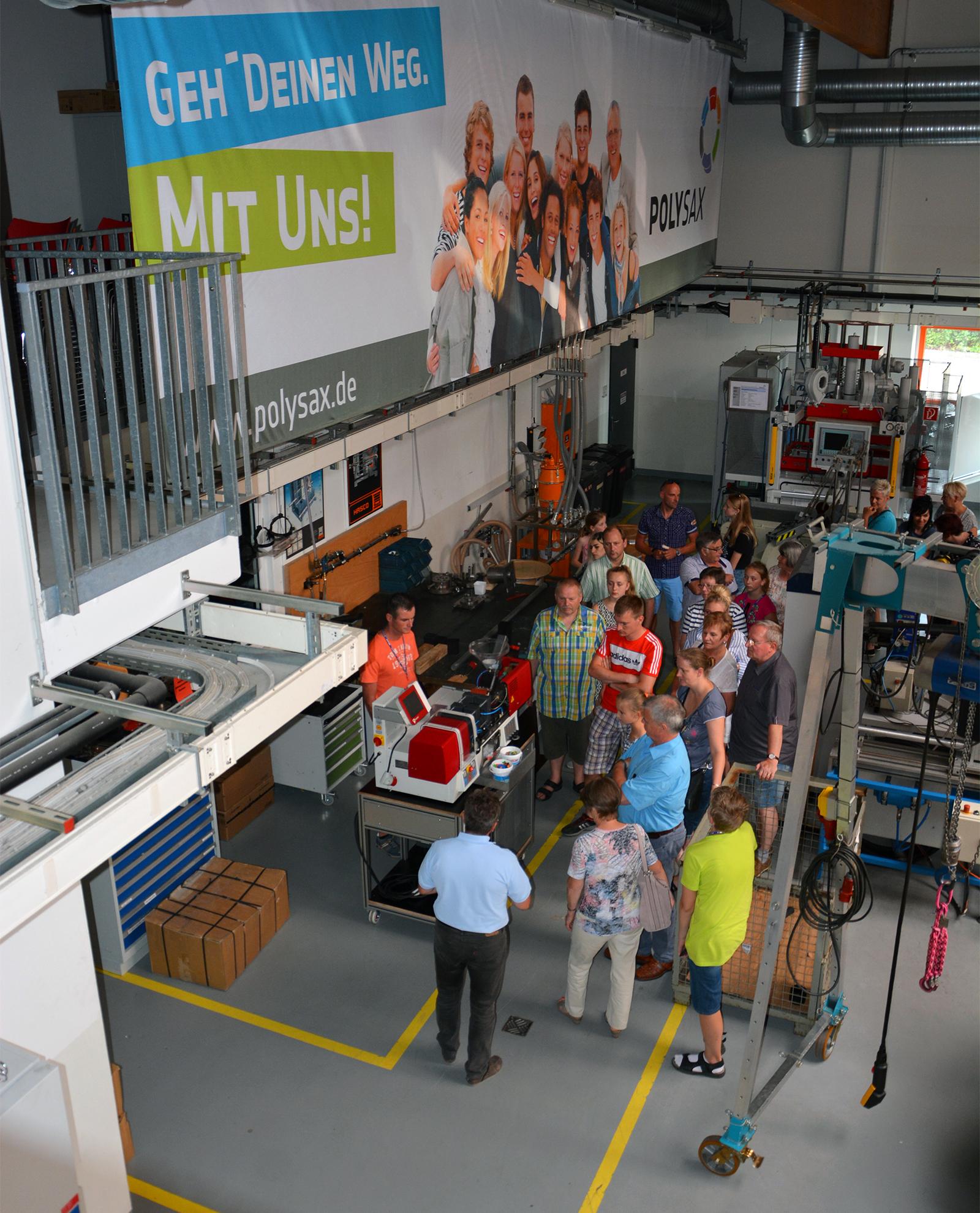 Besucher in der Werkhalle bei POLYSAX